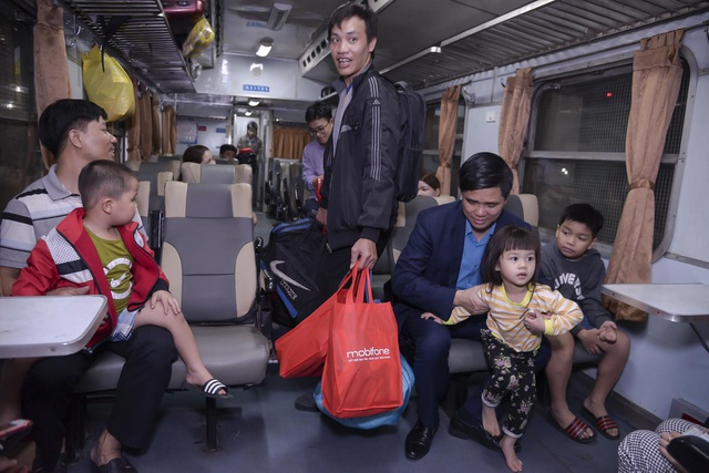 Chuyến tàu đêm đưa 1.200 công nhân nghèo về quê ăn Tết - 13