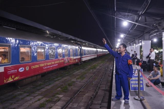Chuyến tàu đêm đưa 1.200 công nhân nghèo về quê ăn Tết - 14