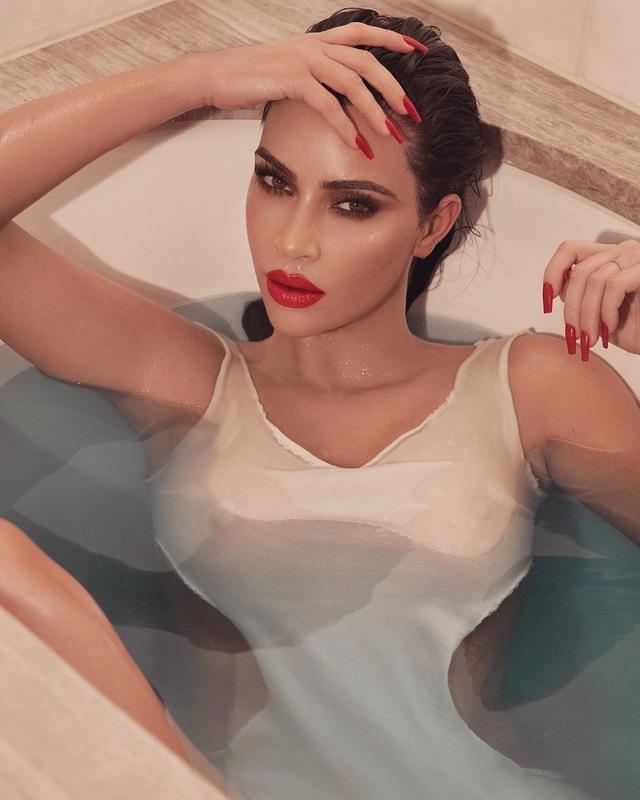 Kim Kardashian gợi cảm với son đỏ - 1