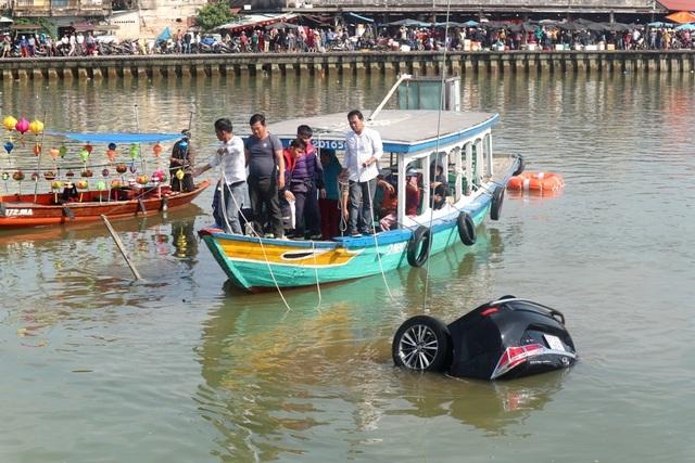 Cars fall to the Hoai Hoi An river