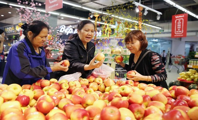 Người dân tấp nập vào siêu thị sắm Tết  - 4