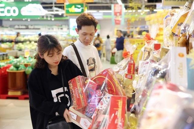 Người dân tấp nập vào siêu thị sắm Tết  - 7