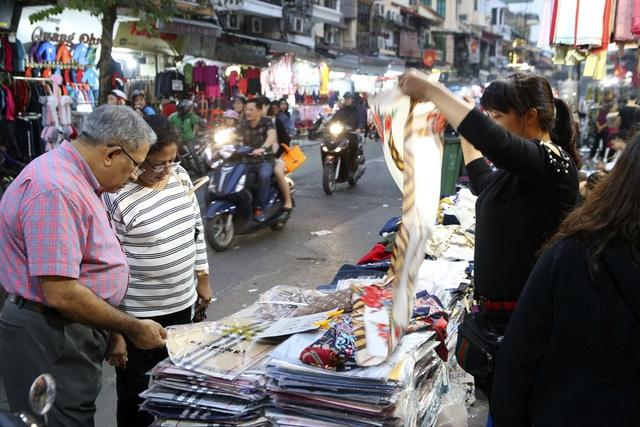 Khách Tây vui như Tết khi mua hàng giảm giá ở phố cổ Hà Nội - 11