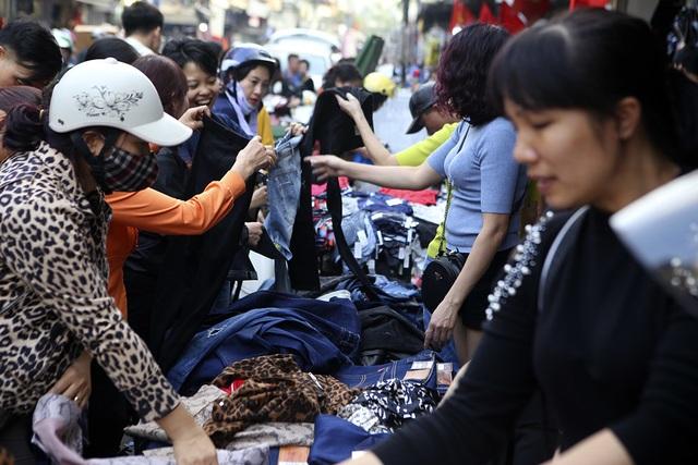 Khách Tây vui như Tết khi mua hàng giảm giá ở phố cổ Hà Nội - 13