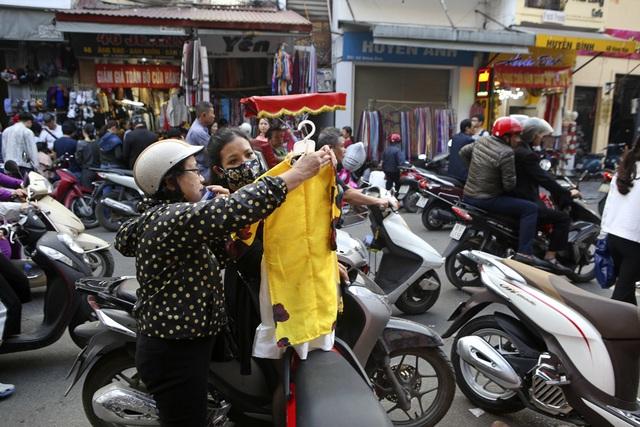 Khách Tây vui như Tết khi mua hàng giảm giá ở phố cổ Hà Nội - 14