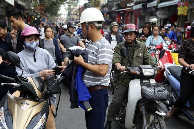 Khách Tây vui như Tết khi mua hàng giảm giá ở phố cổ Hà Nội - 15
