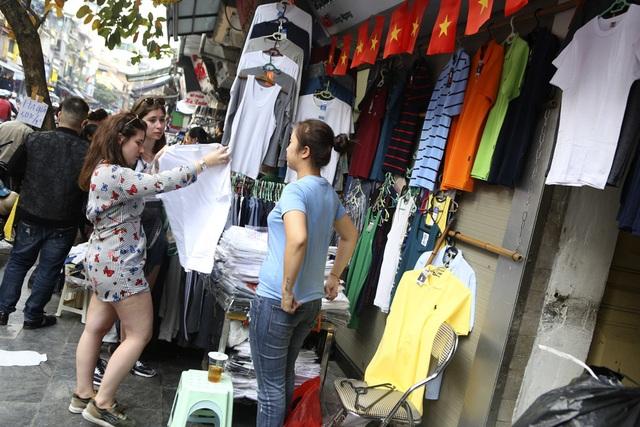 Khách Tây vui như Tết khi mua hàng giảm giá ở phố cổ Hà Nội - 4