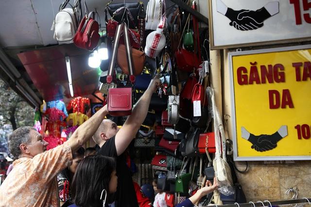 Khách Tây vui như Tết khi mua hàng giảm giá ở phố cổ Hà Nội - 5