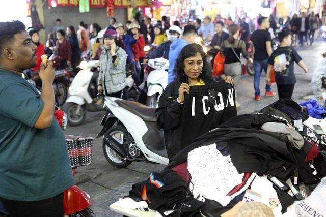 Khách Tây vui như Tết khi mua hàng giảm giá ở phố cổ Hà Nội - 7