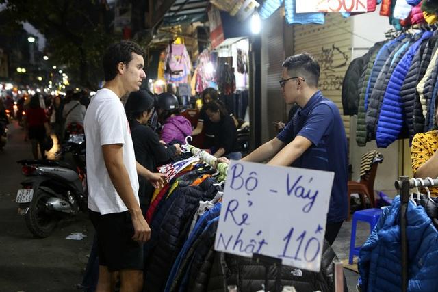 Khách Tây vui như Tết khi mua hàng giảm giá ở phố cổ Hà Nội - 8