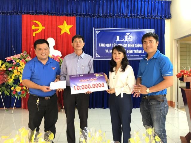 Lãnh đạo Mobifone Bạc Liêu và Tỉnh Đoàn Bạc Liêu trao hỗ trợ cho đại diện trường Tiểu học Lê Thị Hồng Gấm ở huyện Đông Hải, tỉnh Bạc Liêu.