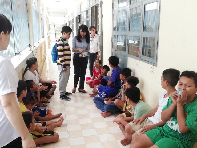 Bà Ngô Thị Bích Ngọc- Giám đốc Mobifone Bạc Liêu thăm hòi, tặng bánh cho các em nhỏ mồ côi.