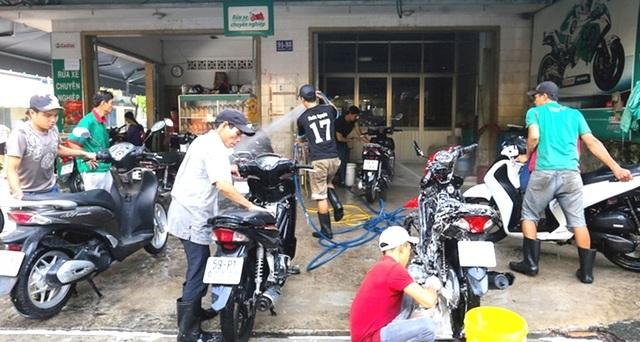 """Tiệm rửa xe """"hốt bạc dịp cận Tết, mỗi ngày """"bỏ túi"""" 5 triệu đồng - 1"""
