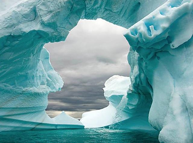 Phát hiện lỗ hổng khổng lồ dưới đáy sông băng nguy hiểm nhất thế giới - 1