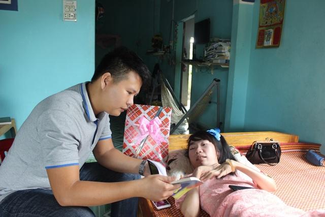 Bị bại liệt, cô gái trẻ vẫn cho ra đời 3 tập thơ được nhiều người đón đọc - 1