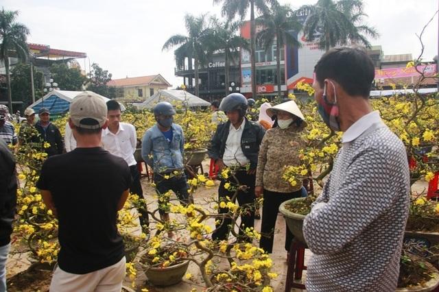 Người dân Quảng Trị hối hả mang hương Tết về nhà - 14