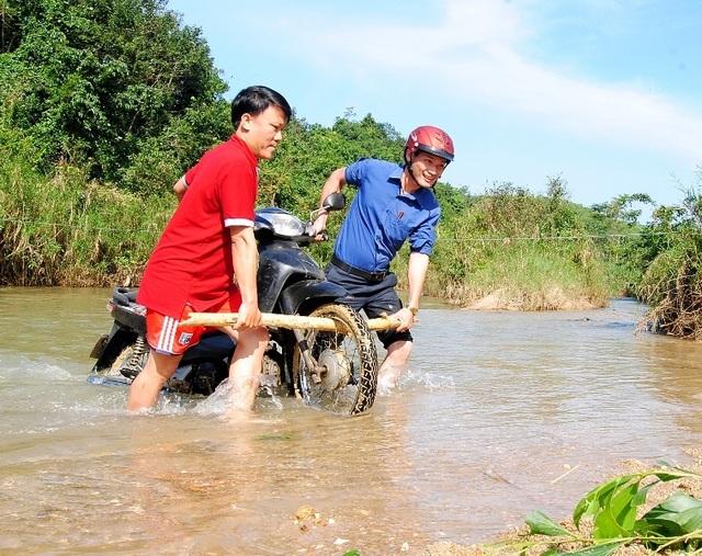Thầy cô băng rừng, lội suối nỗ lực gieo chữ cho học sinh nghèo - 2