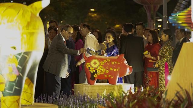 Bí thư Nhân lì xì... chú heo đất ở đường hoa Nguyễn Huệ - 3