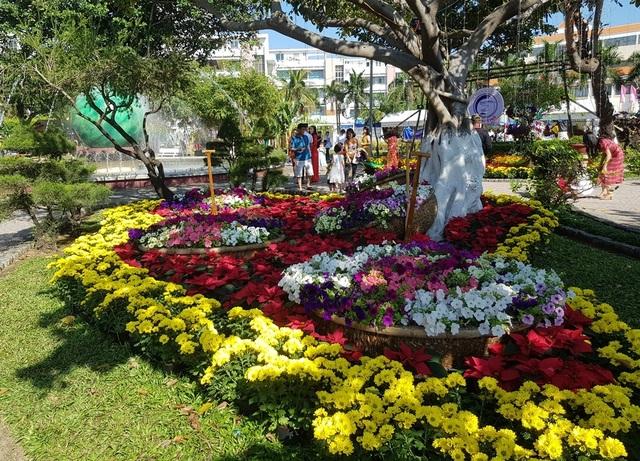 Nha Trang: Trăm hoa khoe sắc bên bờ biển, người người háo hức du xuân - 1