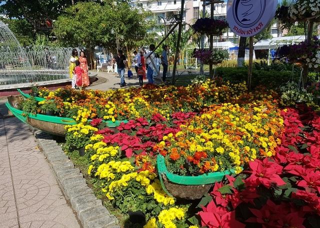 Nha Trang: Trăm hoa khoe sắc bên bờ biển, người người háo hức du xuân - 2