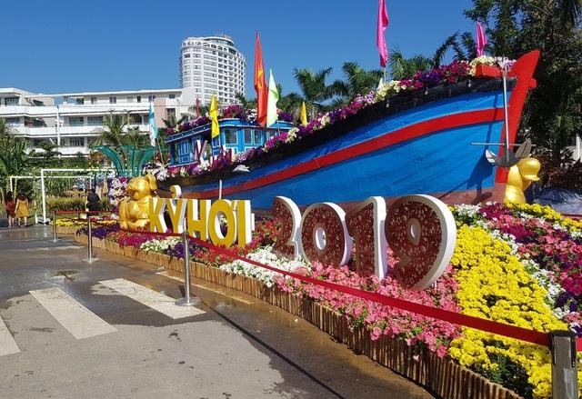 Nha Trang: Trăm hoa khoe sắc bên bờ biển, người người háo hức du xuân - 10