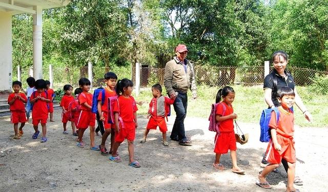 Thầy cô băng rừng, lội suối nỗ lực gieo chữ cho học sinh nghèo - 3