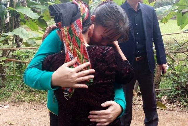 Nữ công nhân òa khóc ôm mẹ sau 16 năm mới về quê đón Tết - 1