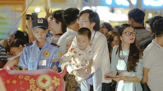 Bí thư Nhân lì xì... chú heo đất ở đường hoa Nguyễn Huệ - 7