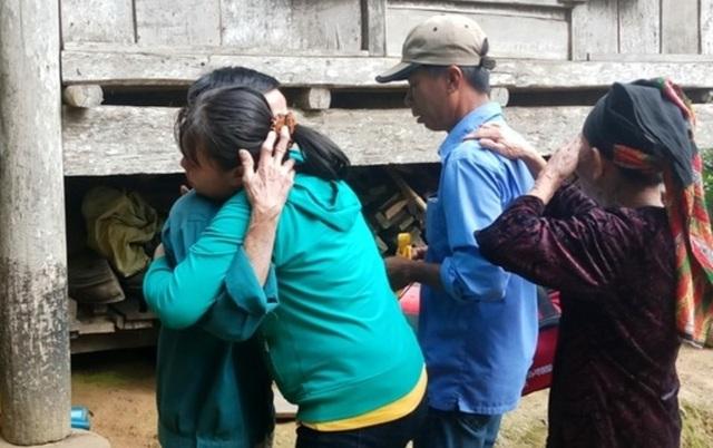 Nữ công nhân òa khóc ôm mẹ sau 16 năm mới về quê đón Tết - 2