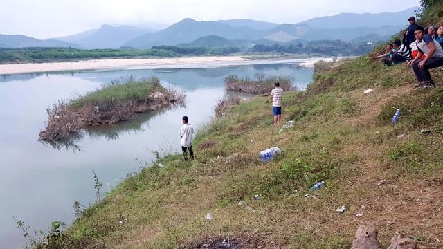 Tìm kiếm phụ nữ mất tích dưới sông