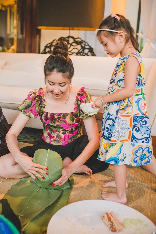 Hoa hậu Hà Kiều Anh ăn mặc giản dị cùng các con gói bánh chưng ngày Tết - 15