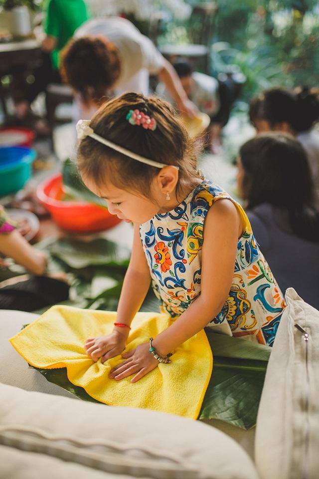 Hoa hậu Hà Kiều Anh ăn mặc giản dị cùng các con gói bánh chưng ngày Tết - 13