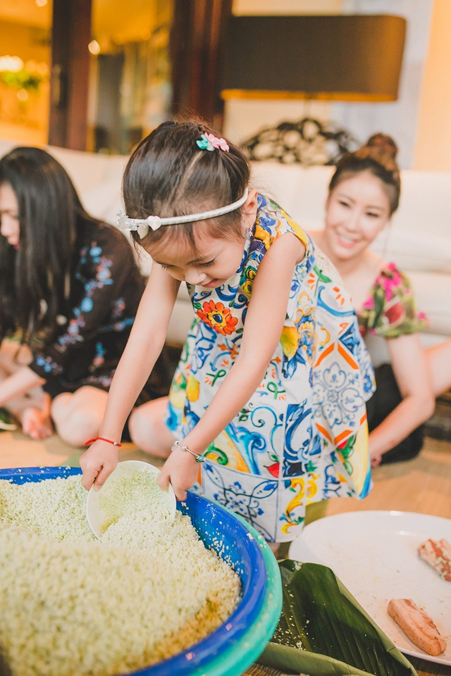 Hoa hậu Hà Kiều Anh ăn mặc giản dị cùng các con gói bánh chưng ngày Tết - 14