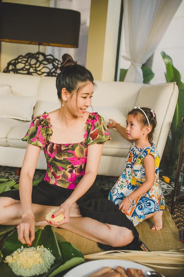Hoa hậu Hà Kiều Anh ăn mặc giản dị cùng các con gói bánh chưng ngày Tết - 9