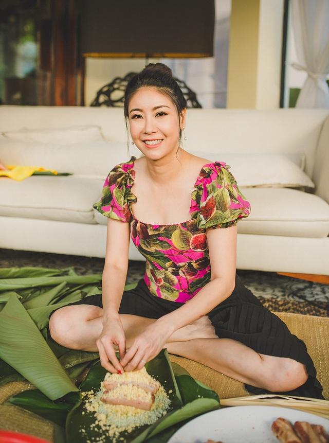 Hoa hậu Hà Kiều Anh ăn mặc giản dị cùng các con gói bánh chưng ngày Tết - 4