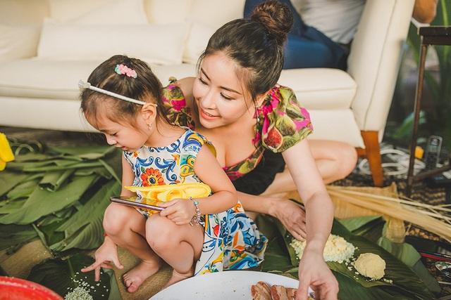 Hoa hậu Hà Kiều Anh ăn mặc giản dị cùng các con gói bánh chưng ngày Tết - 10