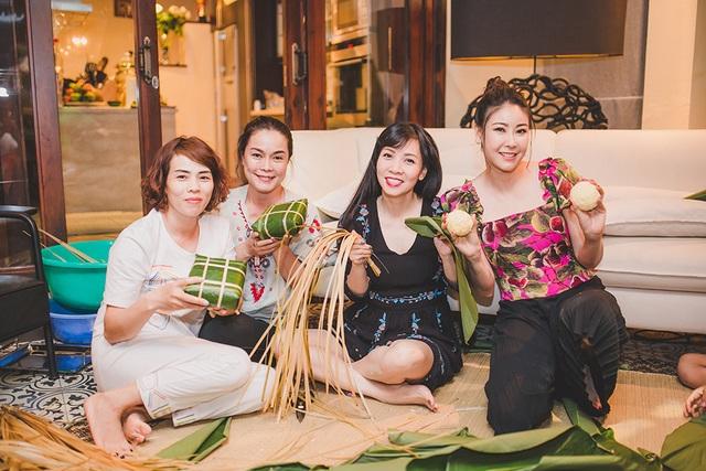 Hoa hậu Hà Kiều Anh ăn mặc giản dị cùng các con gói bánh chưng ngày Tết - 16