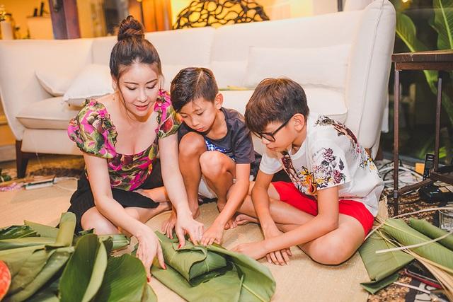 Hoa hậu Hà Kiều Anh ăn mặc giản dị cùng các con gói bánh chưng ngày Tết - 6