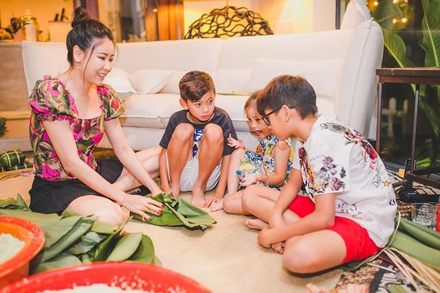 Hoa hậu Hà Kiều Anh ăn mặc giản dị cùng các con gói bánh chưng ngày Tết - 7