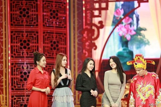 """""""Hot girl World Cup"""" Trâm Anh tiết lộ về lần đầu được diễn cùng các Táo quân - 2"""