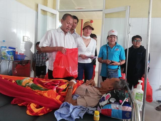 Lãnh đạo Hội Ung thư tỉnh Bạc Liêu, Ban từ thiện Phật giáo Bạc Liêu cùng nhiều mạnh thường quân đến thăm, tặng quà Tết cho bệnh nhân ung thư đang điều trị tại Bệnh viện đa khoa Bạc Liêu vào sáng ngày 29 Tết.