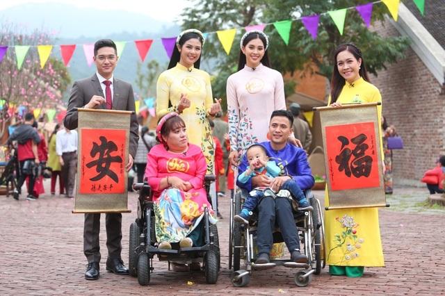 Hoa hậu Ngọc Hân, Tiểu Vy thân thiết như chị em ruột bên dàn MC VTV - 2