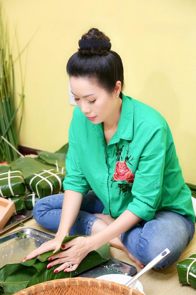 Trịnh Kim Chi cùng gia đình quây quần gói bánh chưng ngày Tết - 2