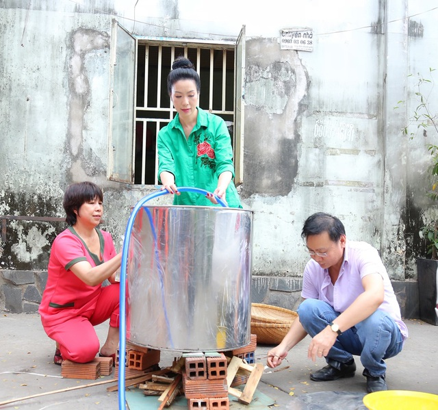 Trịnh Kim Chi cùng gia đình quây quần gói bánh chưng ngày Tết - 7
