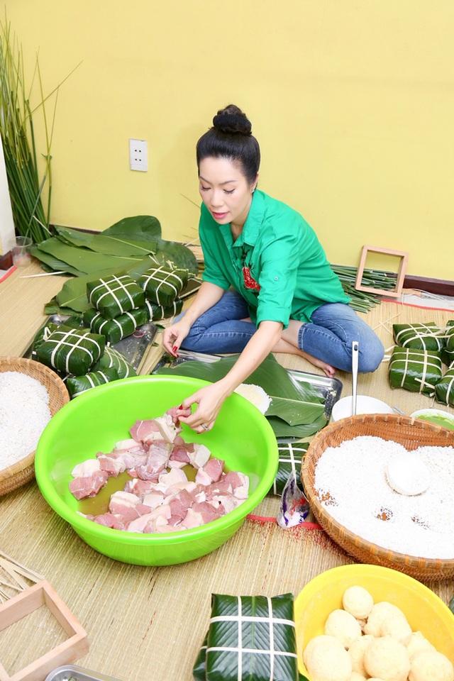 Trịnh Kim Chi cùng gia đình quây quần gói bánh chưng ngày Tết - 1