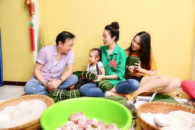 Trịnh Kim Chi cùng gia đình quây quần gói bánh chưng ngày Tết - 4