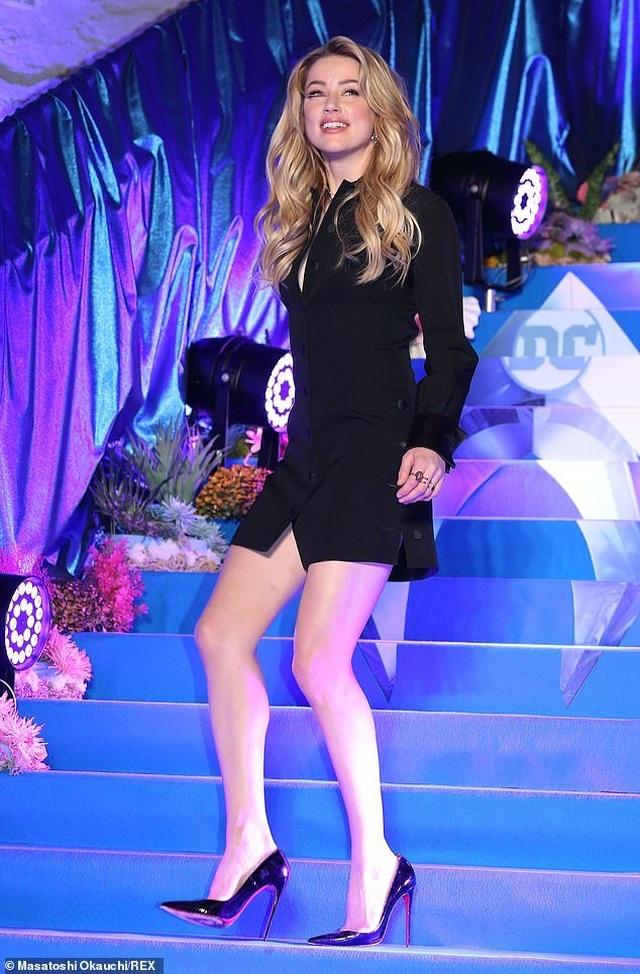 Amber Heard gợi cảm với váy đen ôm sát - 4