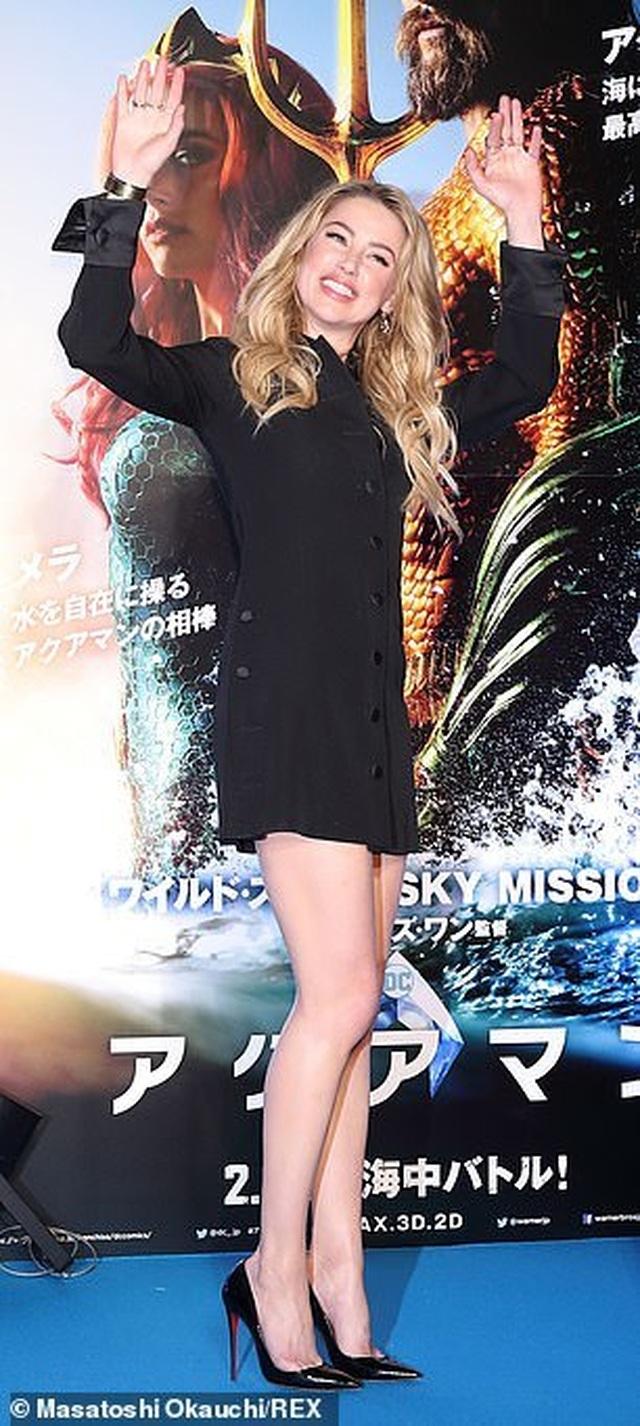 Amber Heard gợi cảm với váy đen ôm sát - 6