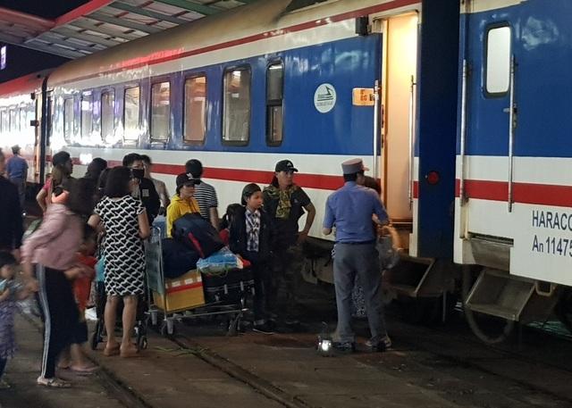 Ngày 30 Tết, hàng nghìn người hối hả về quê trên chuyến tàu Bắc – Nam   - 1