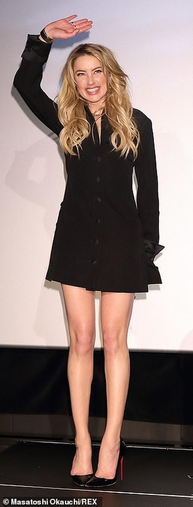 Amber Heard gợi cảm với váy đen ôm sát - 8